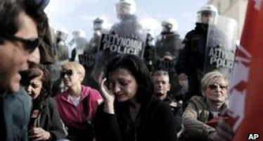 15000 civil servants to lose job as Greece passes a new bill