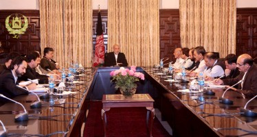 President Karzai discusses Afghanistan's economy with presidential runners