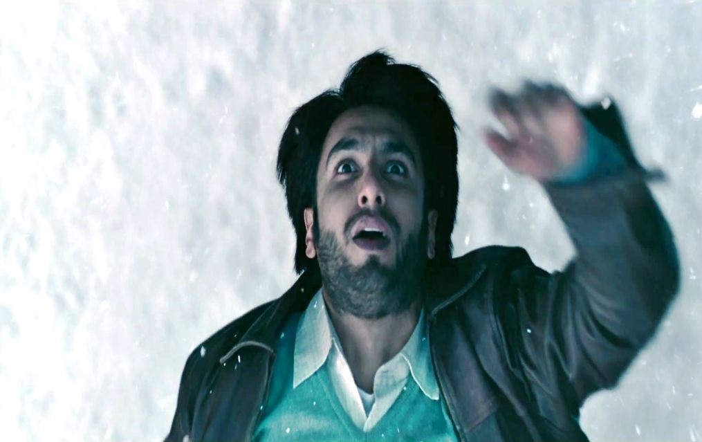Bollywood brat Ranveer Singh is supposed to be in pain for one of the sequences of Lootera. He pierced himself with a pin repeatedly to get the climax scene right in which he dies.