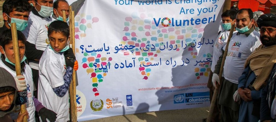 Kabul youth clean up parks & plant trees to celebrate International Volunteer Day